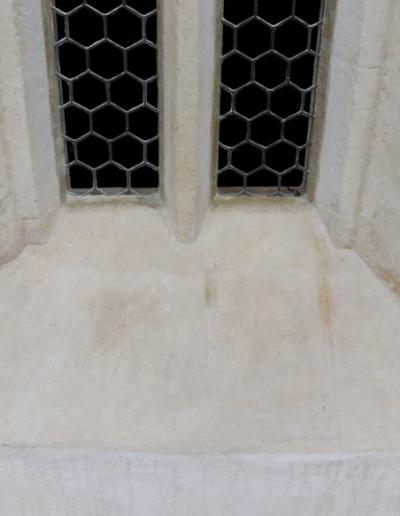 Spodná časť okna-exteriér-stav po reštaurovaní a osadení vitráží